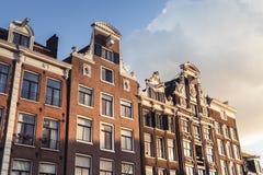 Traditionella uppehällehus av gamla Amsterdam Royaltyfri Bild