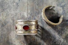 Traditionella utsmyckade Afghani smycken i form av armband Arkivfoto