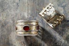 Traditionella utsmyckade Afghani smycken i form av armband Arkivbilder