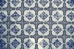 Traditionella utsmyckade portugisiska dekorativa tegelplattaazulejos för tappning Arkivbilder