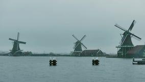 Traditionella väderkvarnar i Nederländerna på en regnig dag royaltyfri fotografi