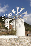 Traditionella väderkvarnar nära den Lasithi platån crete Grekland Royaltyfri Bild