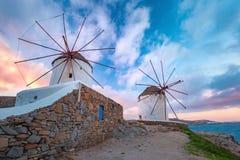 Traditionella väderkvarnar på soluppgång, Santorini, Grekland Royaltyfria Bilder