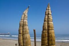 Traditionella vassfiskebåtar, Peru Arkivbilder