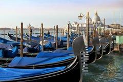 Traditionella Venetian gondoler i Venedig, Italien Arkivbild