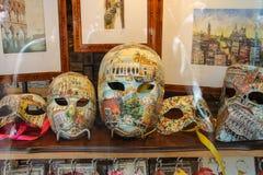 Traditionella Venetian maskeringar i fönster av souvenirlagret i Venedig Fotografering för Bildbyråer