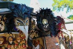Traditionella Venetian maskeringar i gatasouvenirlager i Venedig, I Arkivbild