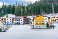 Traditionella vinterhus i Ischgl, Österrike Royaltyfri Bild