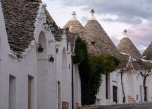 Traditionella vit-tvättade konisk-taklade hus i det Rione Monti området av staden av Alberobello i Puglia, södra Italien arkivbilder
