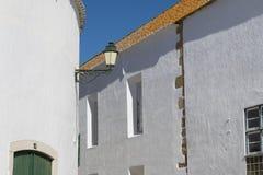 Traditionella vita byggnader i Faro, Algarve, Portugal med den gamla gatalampan fotografering för bildbyråer