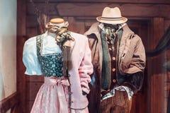 Traditionelle österreichische Kleidung für den Mann und Frau, die in Salzburg herausgestellt werden, speichert Schaukasten Stockfotos