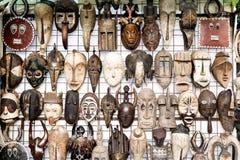 Traditionelle afrikanische Masken im Souvenirladen Lizenzfreie Stockfotos