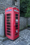 Traditionelle alte englische Telefonzelle mit den modernen Technologien Lizenzfreie Stockbilder