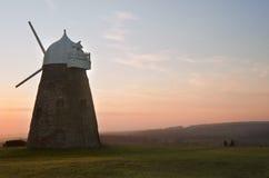 Traditionelle alte hölzerne und Ziegelsteinwindmühle Stockfotos