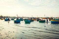 Traditionelle alte hölzerne vietnamesische Boote und runde Fischerboote Lizenzfreies Stockfoto