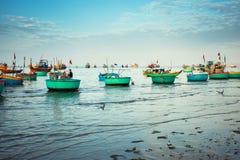 Traditionelle alte hölzerne vietnamesische Boote und runde Fischerboote Lizenzfreie Stockfotos