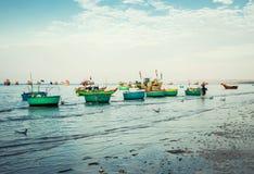 Traditionelle alte hölzerne vietnamesische Boote und runde Fischerboote Lizenzfreie Stockbilder