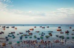 Traditionelle alte hölzerne vietnamesische Boote und runde Fischerboote Stockfoto