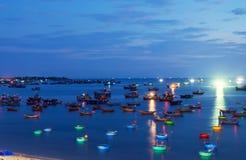 Traditionelle alte hölzerne vietnamesische Boote und runde Fischerboote Stockbilder