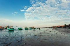 Traditionelle alte hölzerne vietnamesische Boote und runde Fischerboote Stockfotografie
