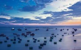 Traditionelle alte hölzerne vietnamesische Boote und runde Fischerboote Lizenzfreies Stockbild