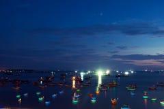 Traditionelle alte hölzerne vietnamesische Boote und runde Fischerboote Stockfotos