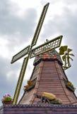 Traditionelle alte hölzerne Windmühle Stockbild
