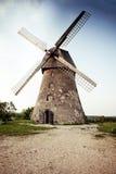 Traditionelle alte holländische Windmühle in Lettland stockfotografie