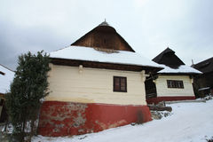Traditionelle alte Slovakhäuser auf den Bergen Lizenzfreie Stockbilder