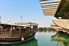 Traditionelle arabische Boote im Golf stockbild