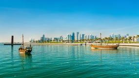 Traditionelle arabische Dhows in Doha, Katar stockfotos