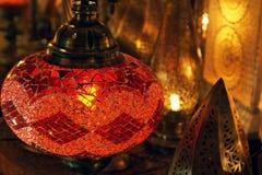 Traditionelle arabische Glas- und Metalllaterne stockfotografie