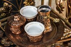 Traditionelle arabische Tabellenverabredungen des Kaffees - Türken und Schalen stockfotografie