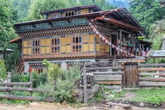 Traditionelle Architektur von Bhutan in Bumthang, Bhutan lizenzfreie stockbilder