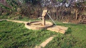 Traditionelle Art der Wasser-Quelle im Dorf - Indien Stockfotografie