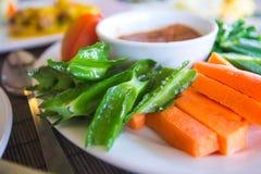 Traditionelle asiatische Beilage von Sambalen und von rohem Gemüse lizenzfreie stockbilder