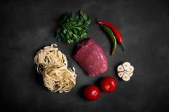 Traditionelle asiatische Bestandteile von lagman - Nudel mit Gemüse und Fleisch Stockfotografie