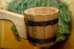 Traditionelle Ausrüstung für russisches Bad vom Holz Lizenzfreies Stockfoto