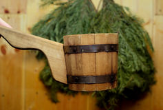Traditionelle Ausrüstung für russisches Bad vom Holz Stockfotos