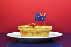 Traditionelle australische Nahrung - Fleischtorte und -soße - mit Flagge Lizenzfreie Stockfotografie