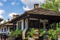 Traditionelle authentische Häuser mit Steindächern im Architektur-ethnographischen Komplex Etar Lizenzfreies Stockfoto