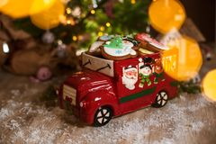 Traditionelle Bäckerei des Feiertags Nahrungsmittel Dekoratives Spielzeugauto mit christm lizenzfreies stockfoto