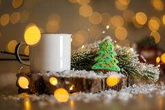 Traditionelle Bäckerei des Feiertags Nahrungsmittel Lebkuchengrün-Weihnachtsbaum in der gemütlichen Dekoration mit Girlandenlicht lizenzfreie stockbilder