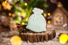 Traditionelle Bäckerei des Feiertags Nahrungsmittel Lebkuchenweihnachtsmann-Tasche von Weihnachtsgeschenken in der gemütlichen wa stockfotos