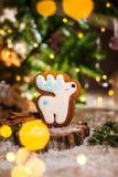 Traditionelle Bäckerei des Feiertags Nahrungsmittel Rotwild des Lebkuchens weißes Weihnachtsin der gemütlichen warmen Dekoration  stockfotos