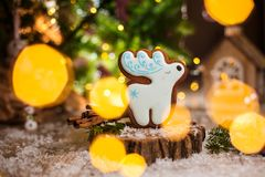 Traditionelle Bäckerei des Feiertags Nahrungsmittel Rotwild des Lebkuchens weißes Weihnachtsin der gemütlichen warmen Dekoration  stockbilder