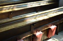 Traditionelle Bänke in einer englischen Kirche Lizenzfreie Stockfotos
