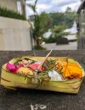 Traditionelle Balineseangebote mit Weihrauch lizenzfreie stockfotos