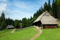 Traditionelle Bauholz-Häuser mit hölzernem Dach Lizenzfreie Stockbilder