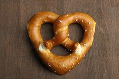 Traditionelle bayerische Brezel gebildet als Herz Lizenzfreie Stockfotografie
